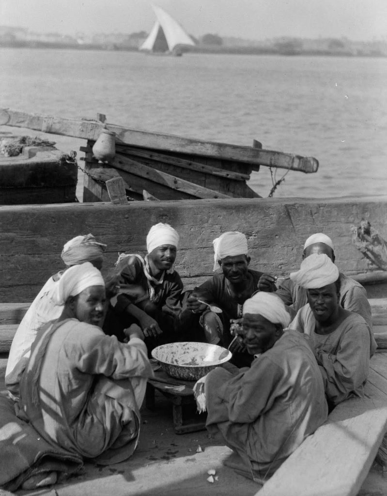 Рыбаки обедают на берегу Нила, 1934 год. Источник: Library of Congress