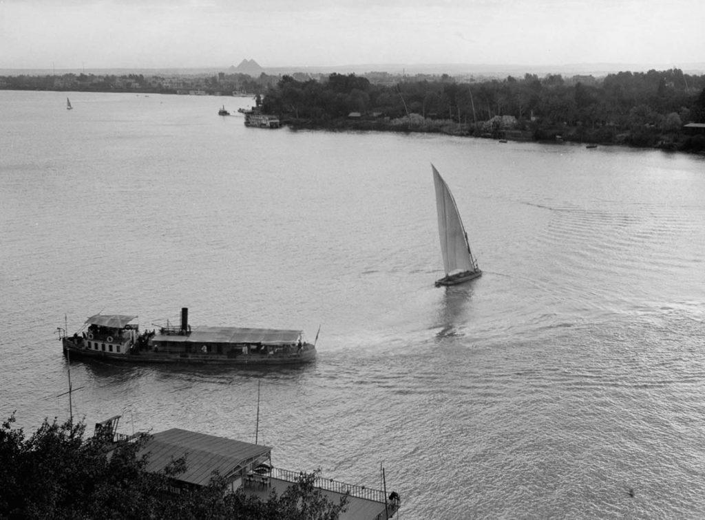 Пароход и парусник на реке Нил, на фоне пирамиды, 1920 год. Источник: Library of Congress