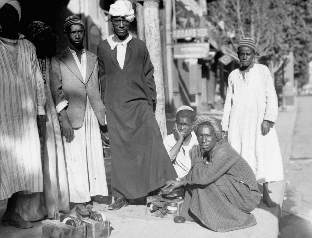 Стенд для чистки обуви в Каире, 1934 год. Источник: Library of Congress