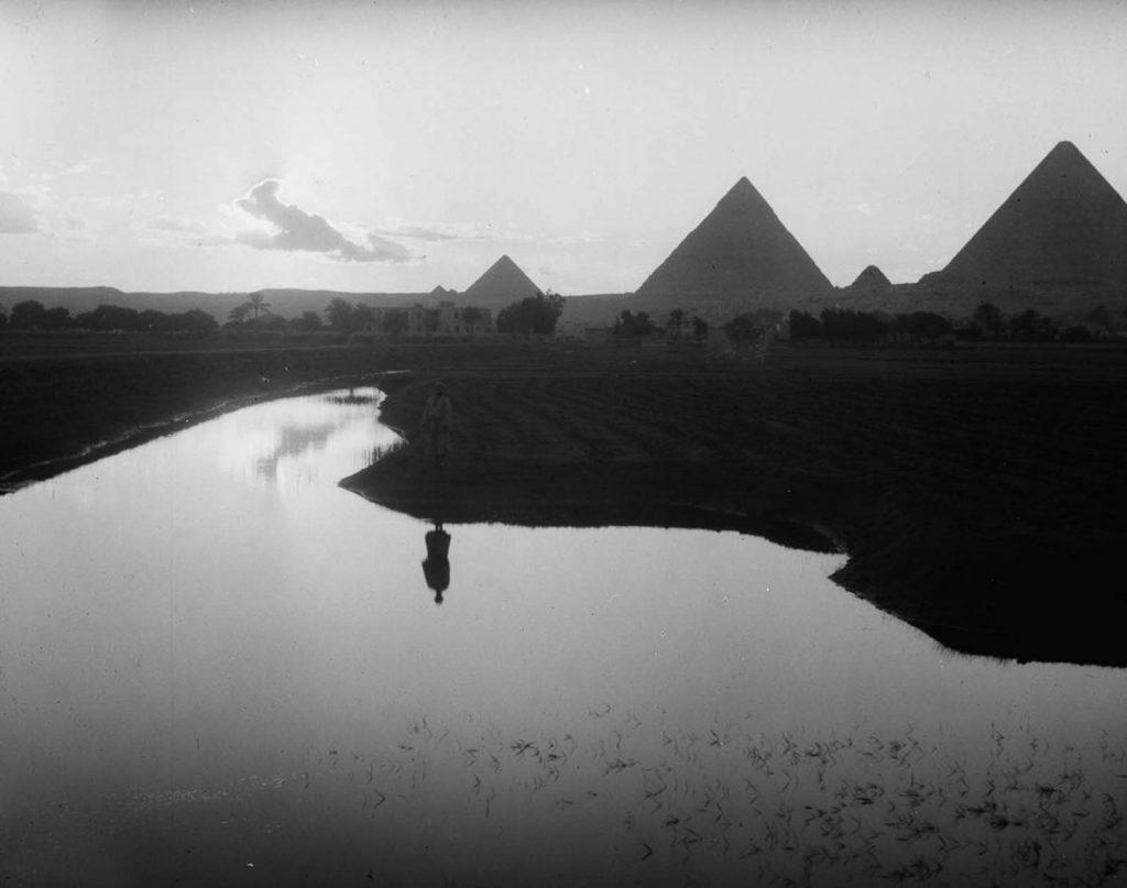 Фермер стоит на возле Нила, на фоне пирамиды Гизы, 1936 год. Источник: Library of Congress