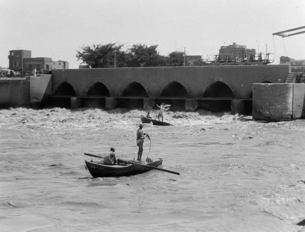 Рыбаки забрасывают сети в бурлящий поток под мостом, 1934 год. Источник: Library of Congress
