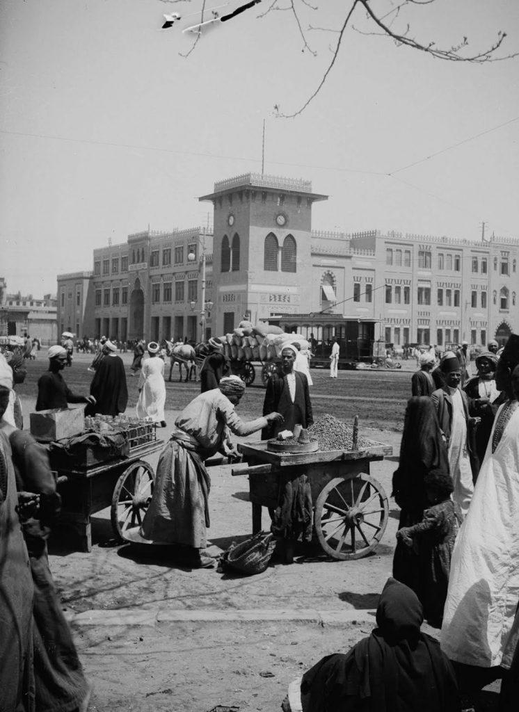 Возле Каирского железнодорожного вокзала, 1900 год. Источник: Library of Congress