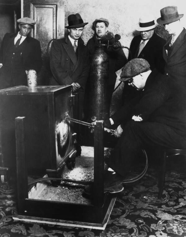 Чикагская полиция открывает один из сейфов Капоне. 1931 год. Источник: Keystone-France/Gamma-Keystone/Getty Images