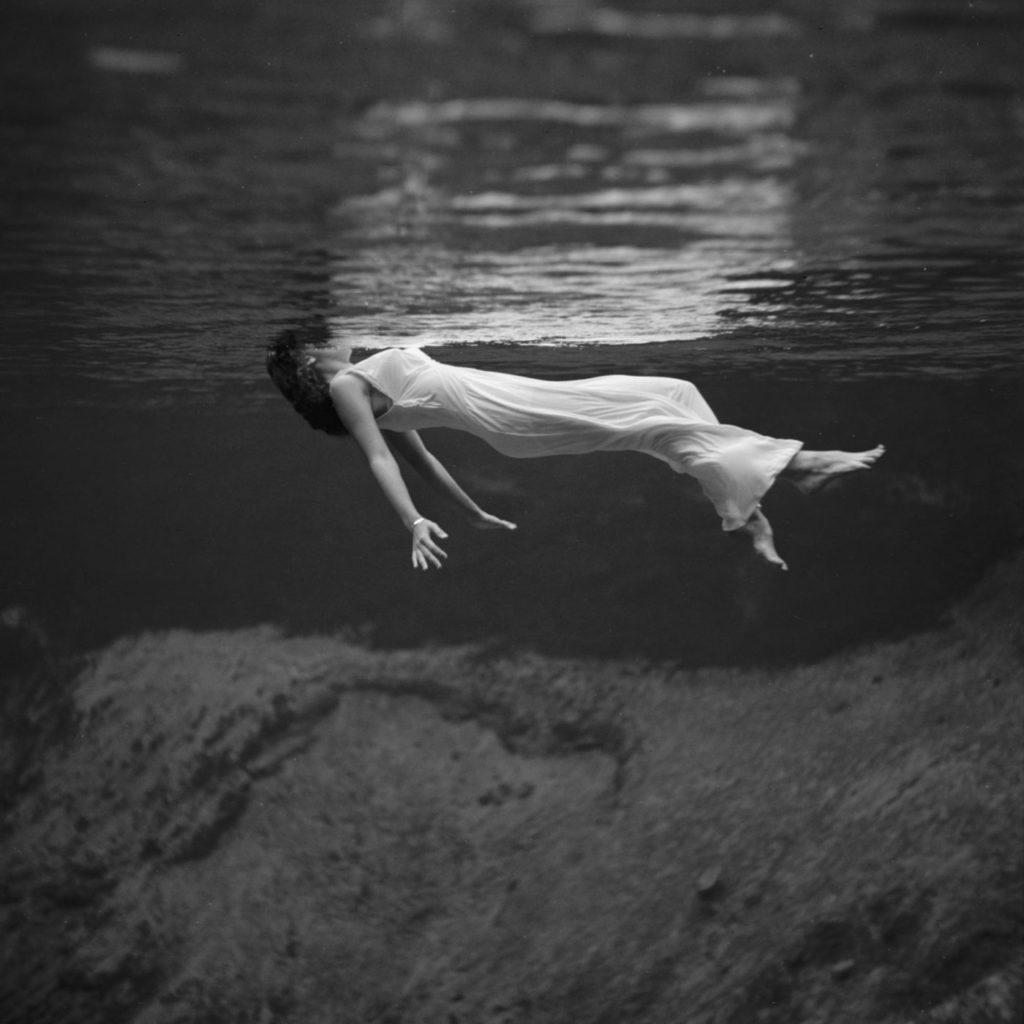 Модная фотография, женщина в длинном платье под водой, Weeki Wachee Springs, Флорида, 1947 год. Фотограф Тони Фрисселл