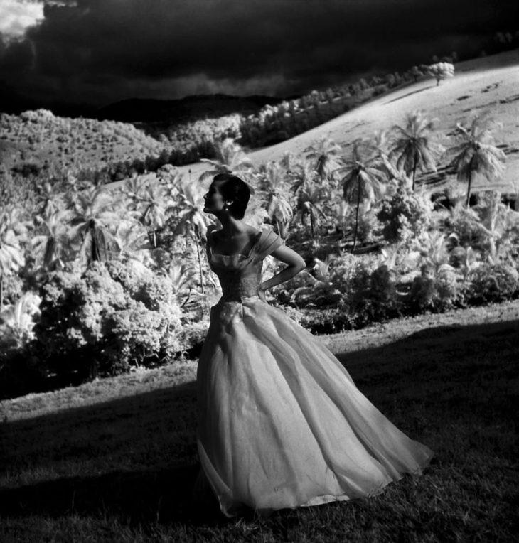 Фотомодель в платье на лужайке на плантации Триолл, Ямайка, 1948 год. Фотограф Тони Фрисселл