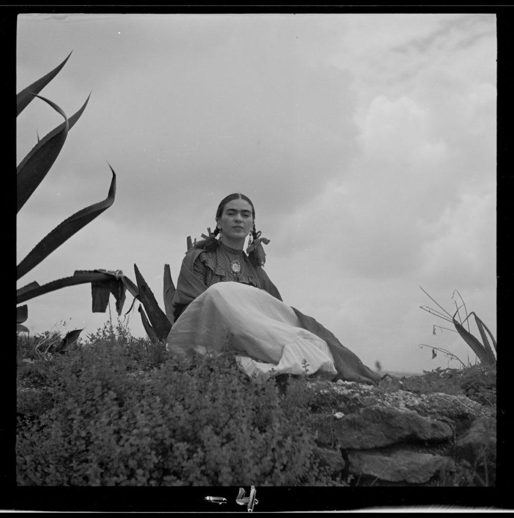 Фрида Кало, сидящая рядом с агавой, на фотосессии 1937 года для Vogue под названием  «Сеньора из Мексики». Фотограф Тони Фрисселл