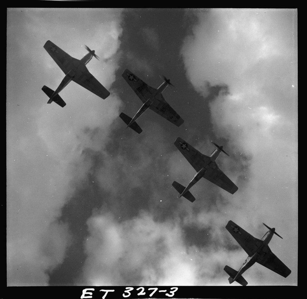 Четыре американских истребителя ВВС США, P-51 Mustang из 332-й истребительной группы, в строю над аэродромом Рамителли, Кампобассо, Италия, в марте 1945 года.