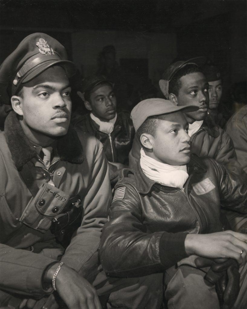 Члены 332-й истребительной группы на брифинге. в Рамителли, март 1945 года.