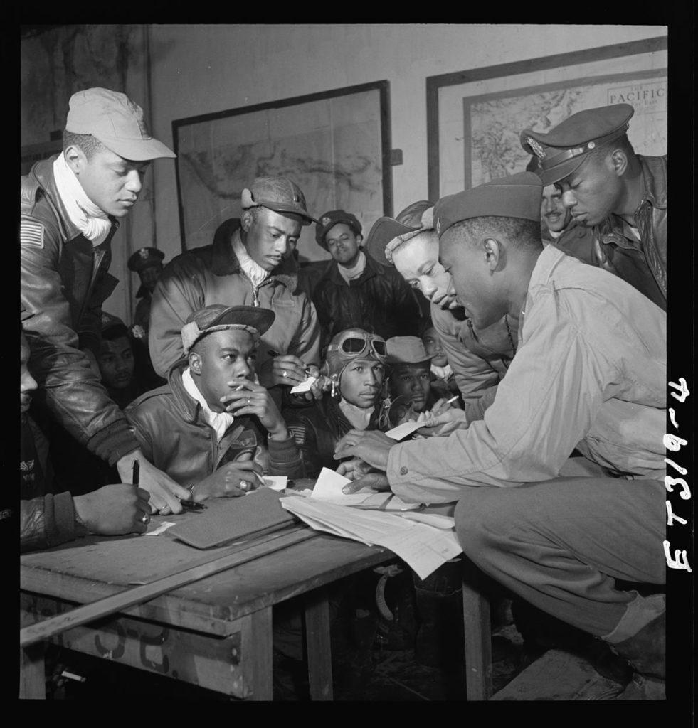 Пилоты, 332-я истребительная группа, в Рамителли, Италия, март 1945 года.