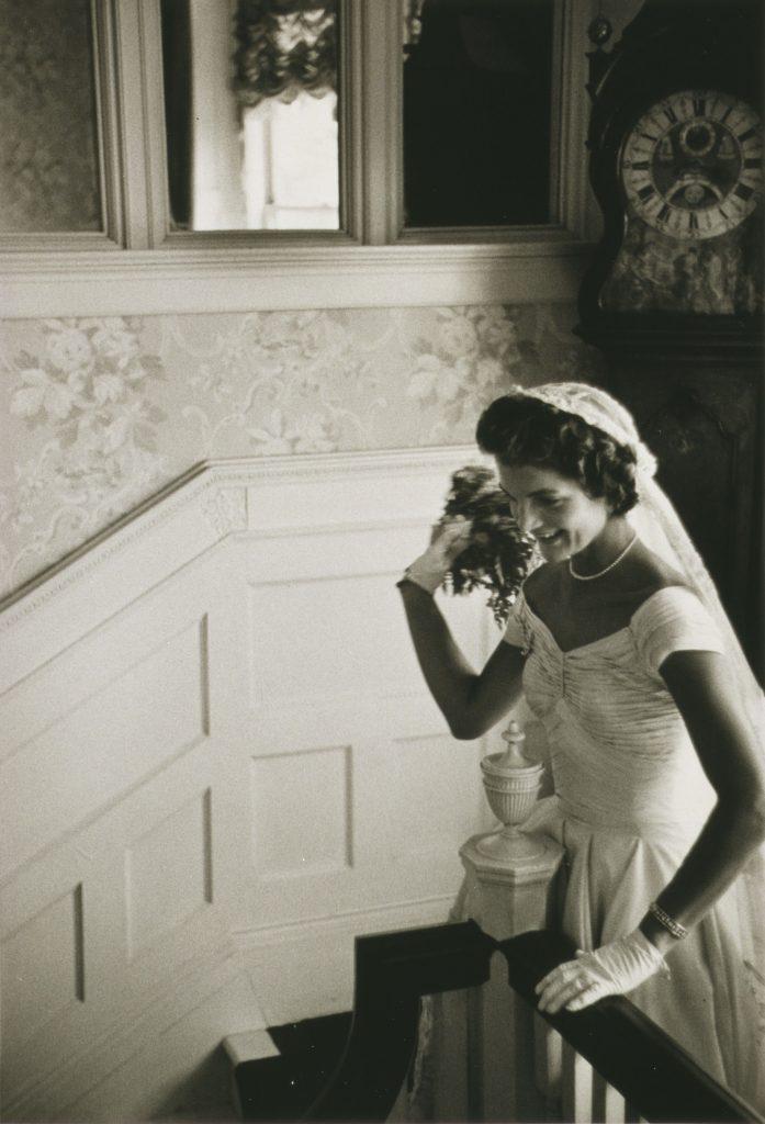 Жаклин Кеннеди бросает букет на своей первой свадьбе, сентябрь 1953 года.