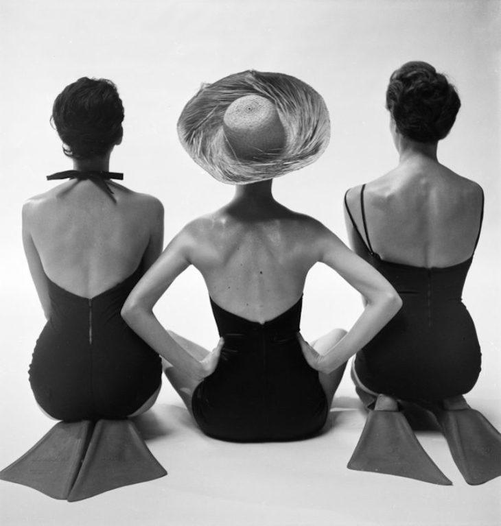 Модели в купальниках, вид сзади, для журнала Harper's Bazaar, 1950 год. Фотограф Тони Фрисселл