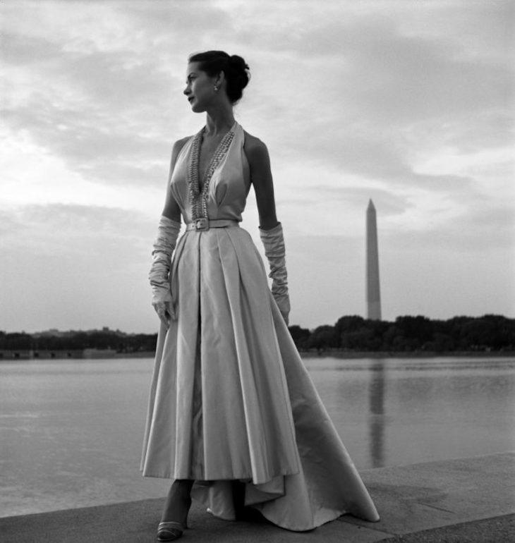 Фотомодель позирует в вечернем платье на ступеньках Мемориала Джефферсона, Вашингтон, округ Колумбия, 1949 год. Фотограф Тони Фрисселл