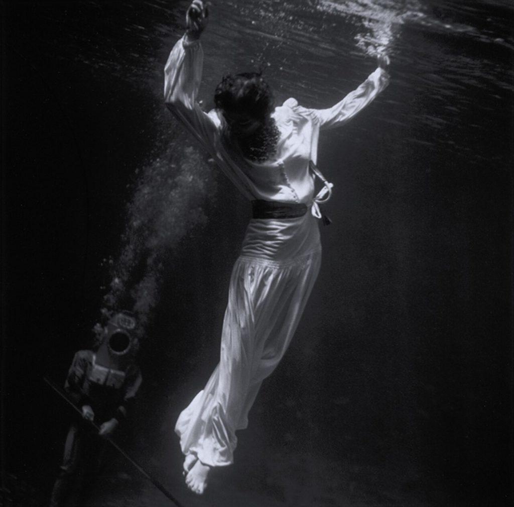 Модель под водой в аквариуме с дельфинами в Маринеланде, Флорида, 1939 год. Фотограф Тони Фрисселл