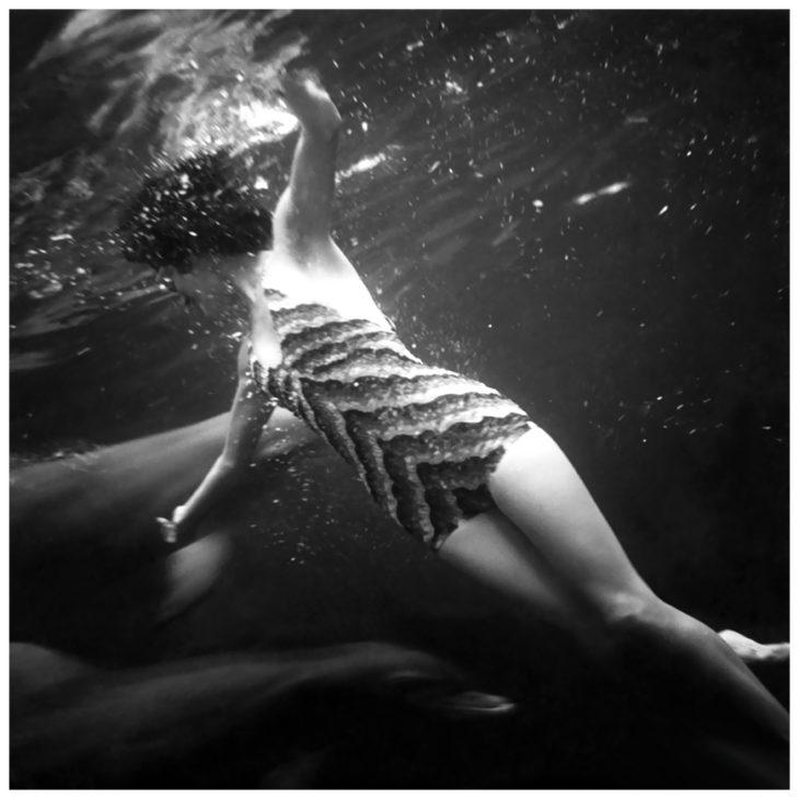 Фотомодель под водой в аквариуме с дельфинами в Маринеланде, Флорида, 1939 год. Фотограф Тони Фрисселл