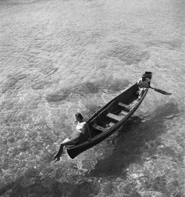 Модель на лодке в Монтего-Бей, Ямайка, 1946 год. Фотограф Тони Фрисселл