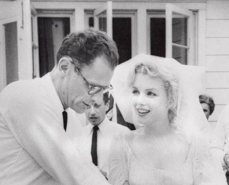 Мэрилин Монро и Артур Миллер после заключения брачного союза в доме семьи Баррет, Южный Салем. Июнь 1956 года. Источник: Bettmann