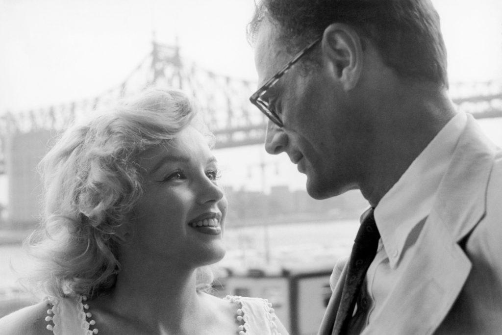 Фотография супружеской пары перед мостом Квинсборо в Нью-Йорке. 1957 год. Источник: Sam Shaw
