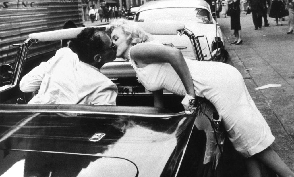Монро перегнулась через борт кабриолета, чтобы поцеловать мужа, Нью-Йорк. 1957 год. Источник: Sam Shaw