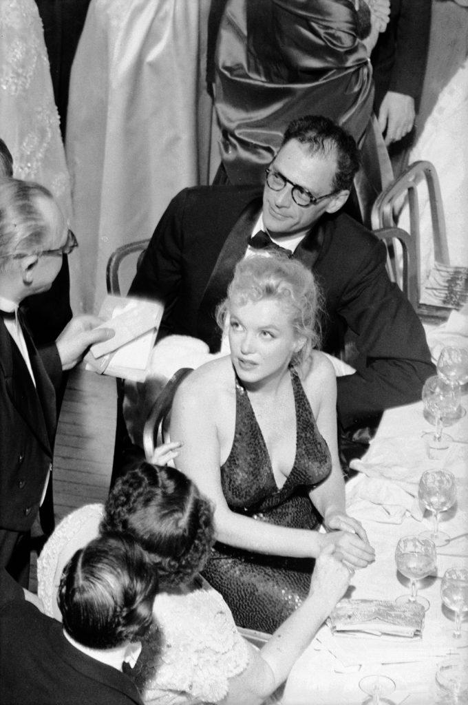 Монро и Миллер общаются с мужчиной во время благотворительного мероприятия April in Paris Ball. Апрель 1957 года. Источник: Peter Stackpole-LIFE