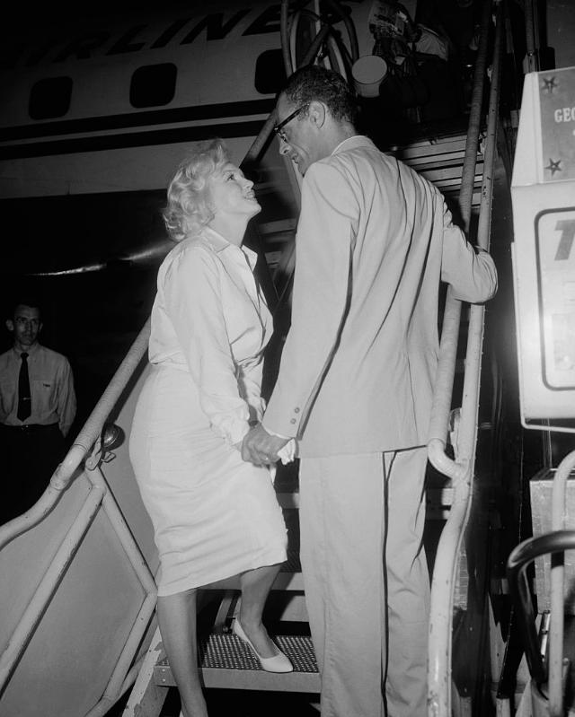 В сопровождении мужа актриса покидает Нью-Йорк, чтобы улететь в Голливуд. Июль 1958 года. Источник: Bettmann