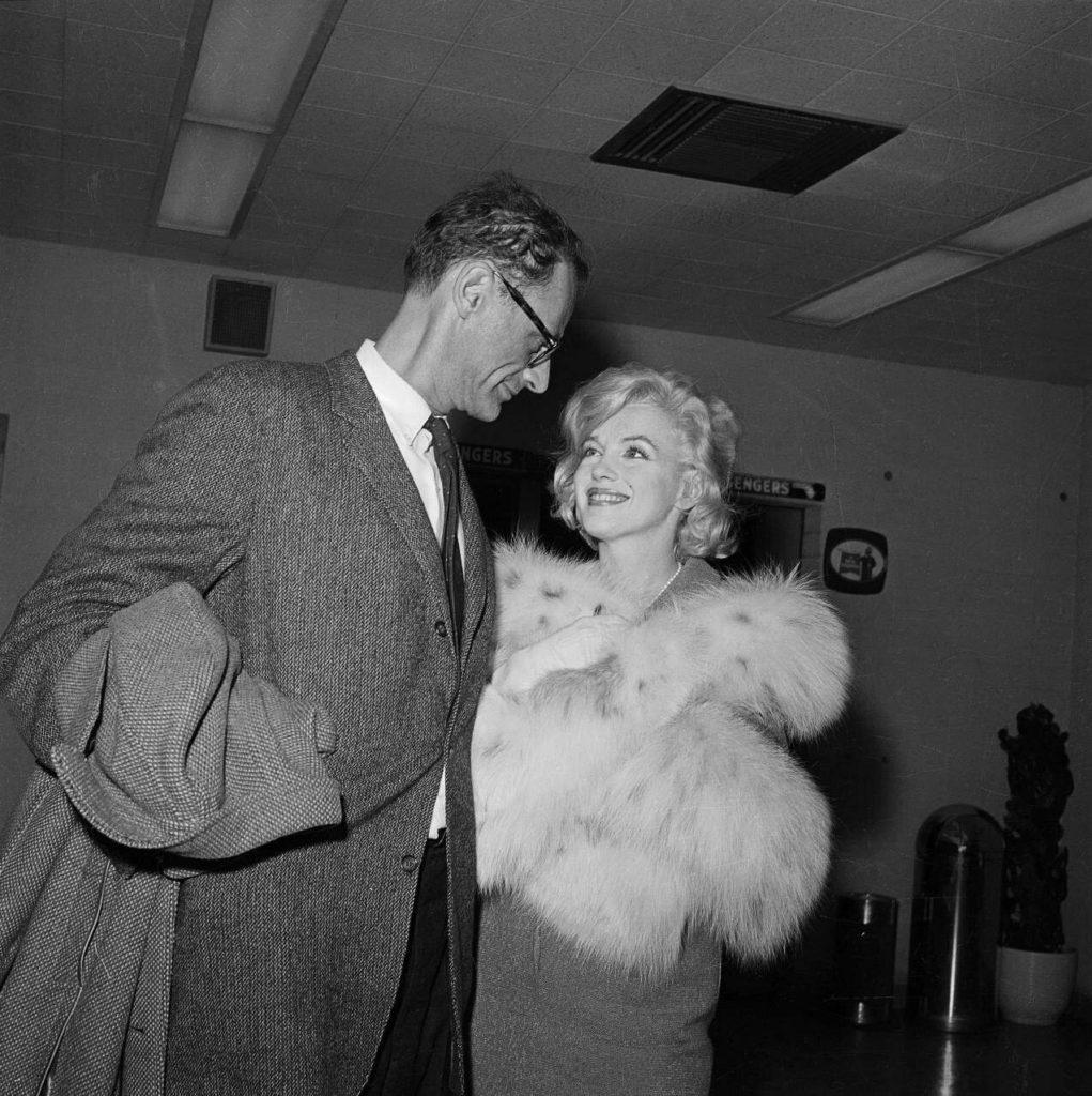 Мэрилин Монро и Артур Миллер, после путешествия самолетом из Нью-Йорка. 1960 год. Источник: Bettmann