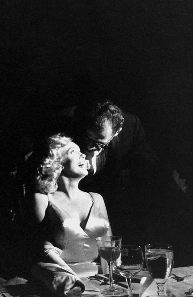 Монро с мужем сфотографированы во время премьеры комедии «Принц и танцовщица», концертный зал «Radio City Music Hall» в Нью-Йорке. 1957 год. Источник: Sam Shaw