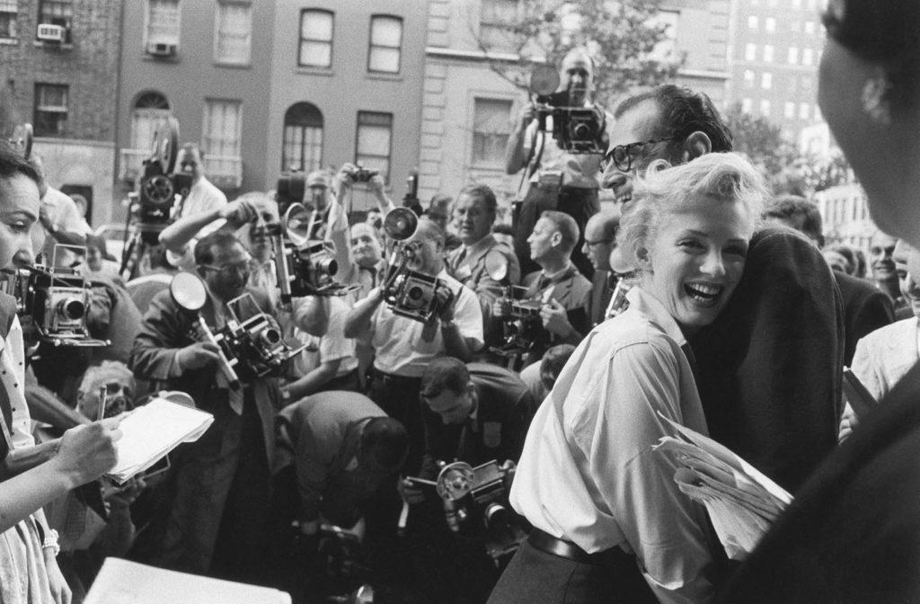 Мэрилин в объятьях своего жениха, оба смеются. Фото сделано возле их дома в Саттон-Плейс на Манхэттене, в момент объявления об их помолвке в присутствии прессы. 1956 год. Источник: Paul Salde