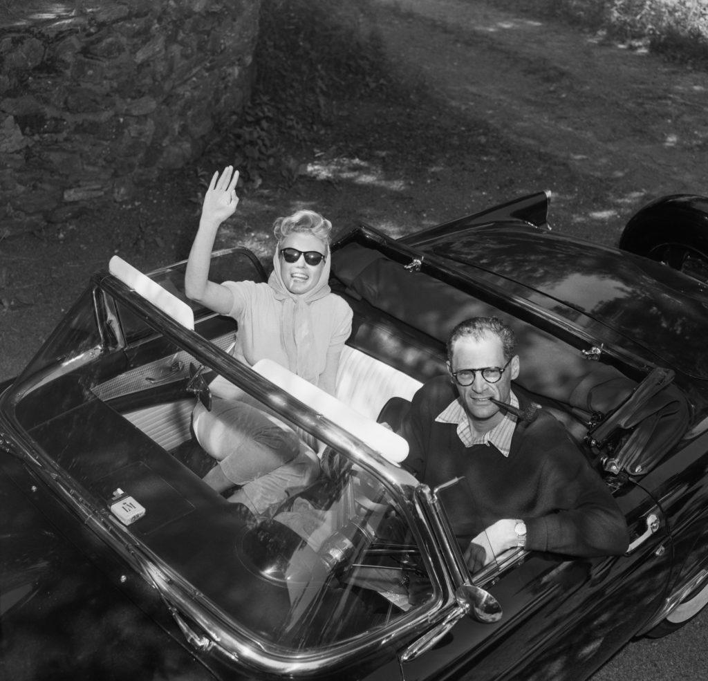 Монро машет, сидя в автомобиле Миллера.Поездка новобрачных на пикник. Фотография сделана на следующий день после бракосочетания. Июнь 1956 года. Источник: Bettman