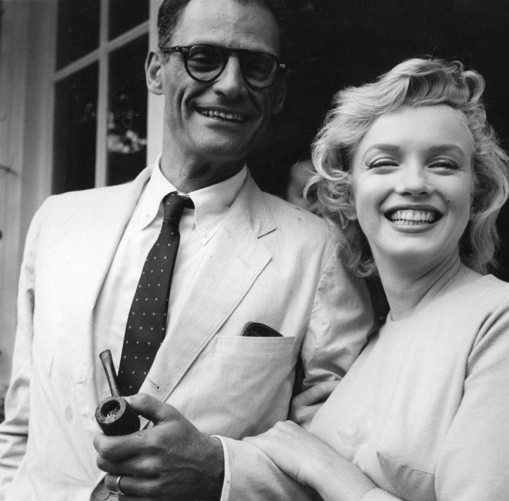Актриса снята вместе с мужем около собственного дома в Энглфилд-Грин. Июль 1956 года. Источник: Evening Standard