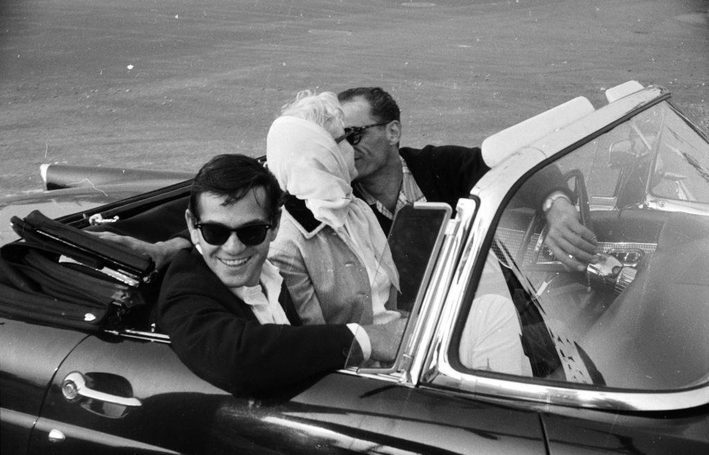 Супружеская пара целуется в машине, Нью-Йорк. Рядом с ними, драматург Милтон Грин. Июль 1956 года. Источник: Paul Schutzer-LIFE