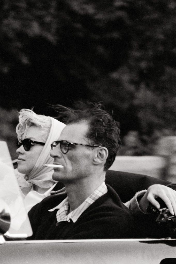 Актриса и драматург едут в машине Thunderbird Ford. Фото сделано в Нью-Йорке. Июль 1956 года. Источник: Paul Schutzer-LIFE