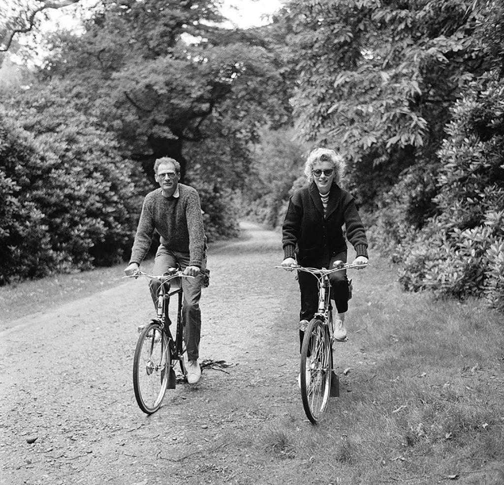 Супруги на велосипедной прогулке. Август 1956 года. Источник: Harold Clements