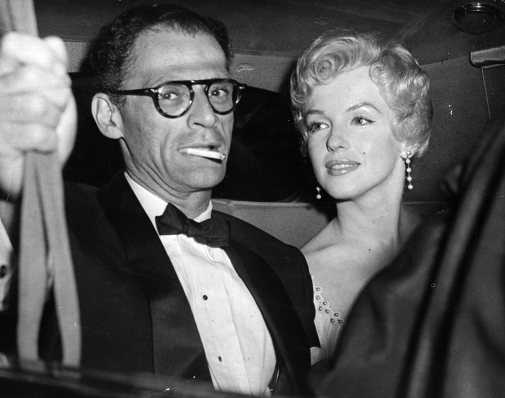 Монро и ее муж Миллер приехали к драматургу Теренсу Рэттигану в Беркшир на частное мероприятие. 1956 год. Источник: Keystone