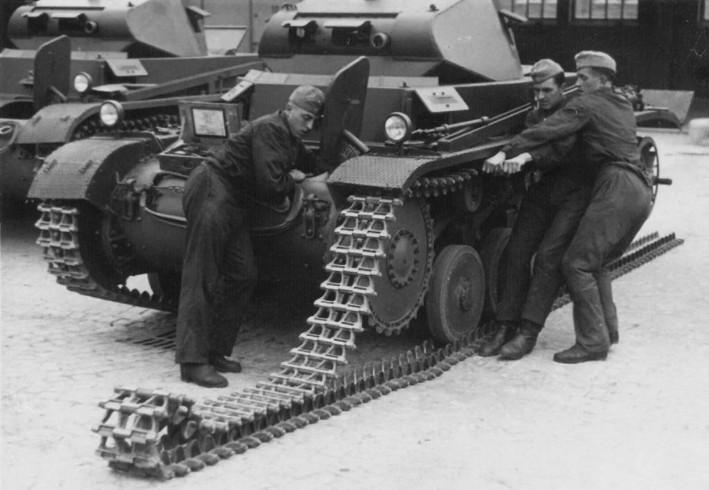 """Немецкие военные натягивают """"гусеницы"""" на танк Panzer II"""