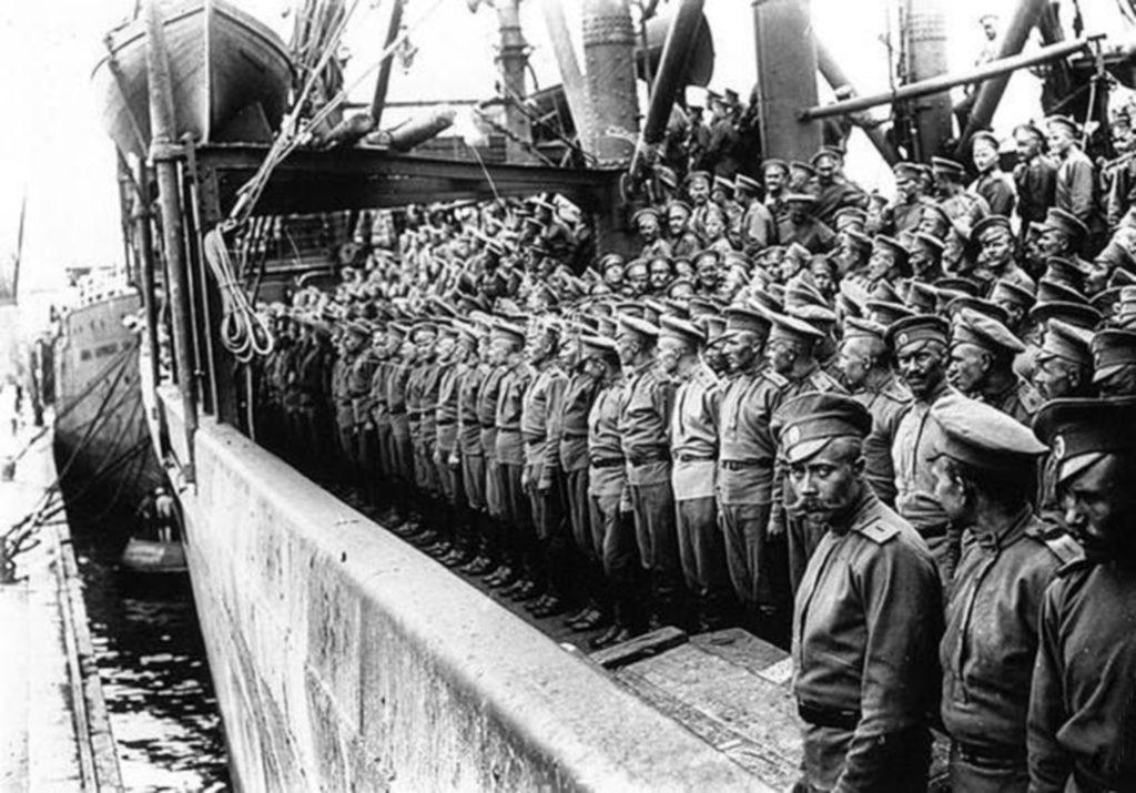 Корабль с российскими солдатами прибывает в Марсель, Франция. Российская империя или Советский Союз? Различие двух армий.