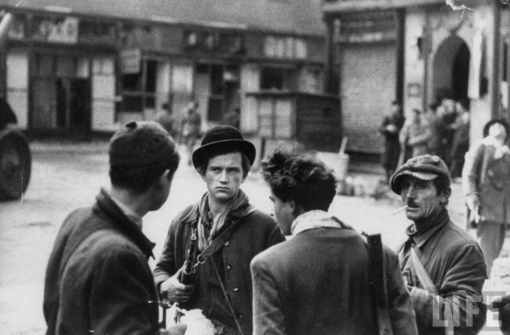 Венгерские борцы за свободу во время восстания против поддерживаемого Советским Союзом коммунистического правительства.