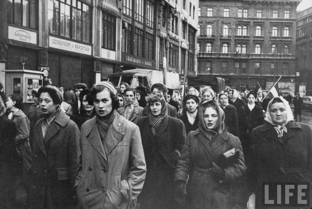 Женщины в Будапеште маршируют в поддержку венгерских мужчин, погибших в ходе восстания в борьбе с поддерживаемым Советским Союзом коммунистическим режимом.