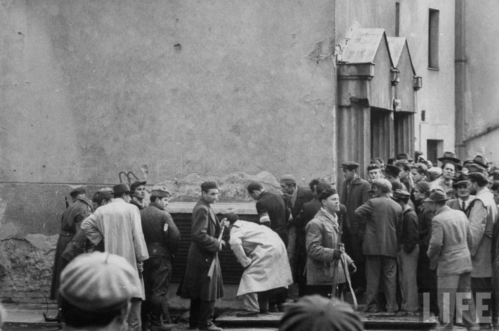 Венгерские борцы за свободу собрались на улицах во время революции против поддерживаемого Советским Союзом режима.