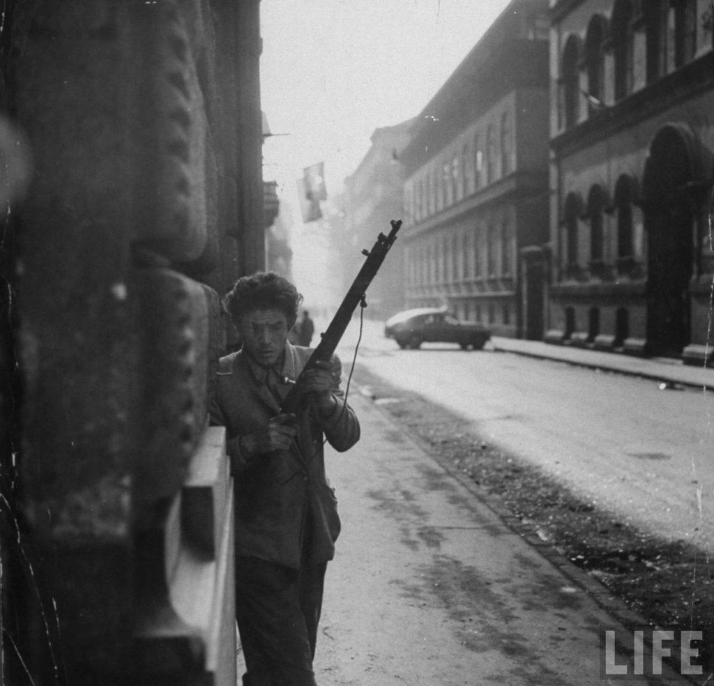 Венгерский борец за свободу с ружьем во время революции против поддерживаемого Советским Союзом режима.