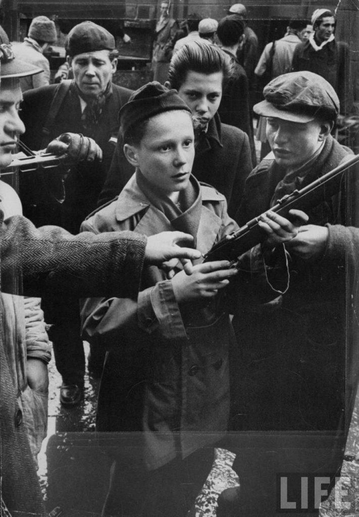 Дети из Будапешта с винтовками, чтобы сражаться с венгерскими борцами за свободу во время Венгерского восстания 1956 г.