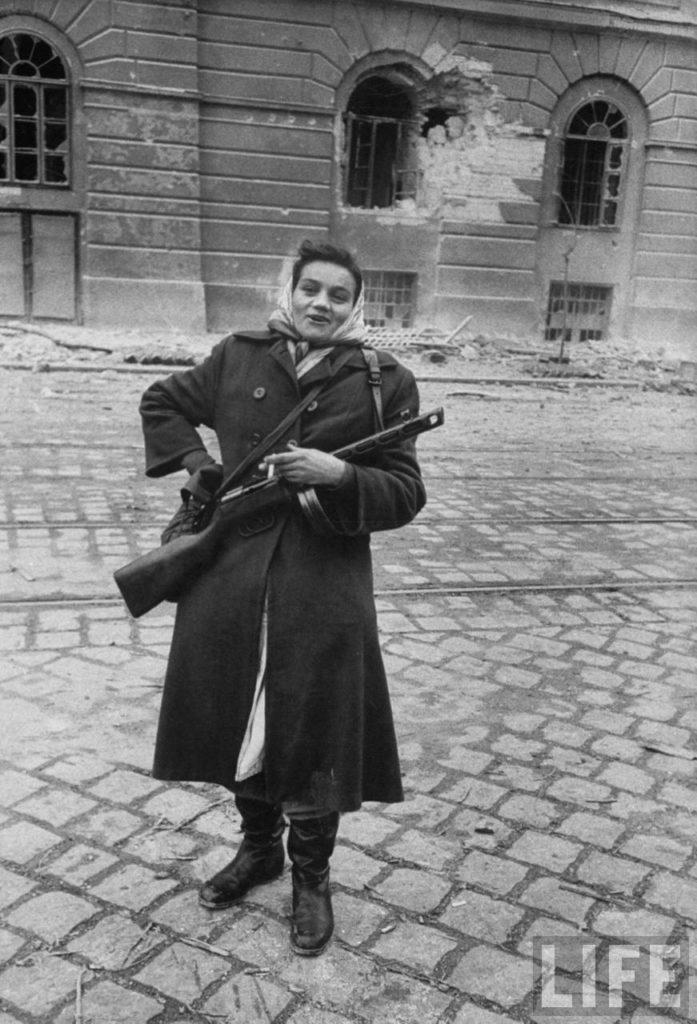 Женщина-борец за свободу Венгрии во время революции против поддерживаемого Советским Союзом режима.