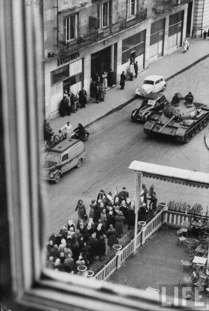 Советские танки движутся в Будапешт во время венгерской революции против поддерживаемого Советским Союзом режима.