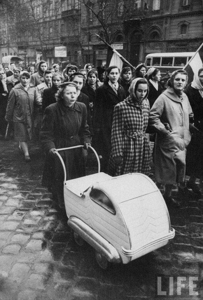 Женщины в Будапеште маршируют в честь венгерских мужчин, погибших в революции, борющейся с коммунистическим советским режимом.