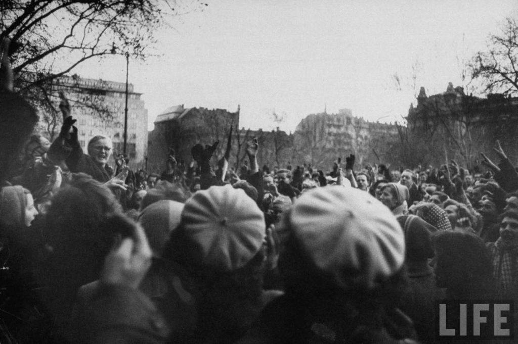 Полные надежды венгерские повстанческие демонстранты во время восстания против поддерживаемого Советским Союзом режима.