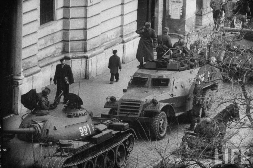 Советские танки в Будапеште после попытки венгерского сопротивления свергнуть власть.