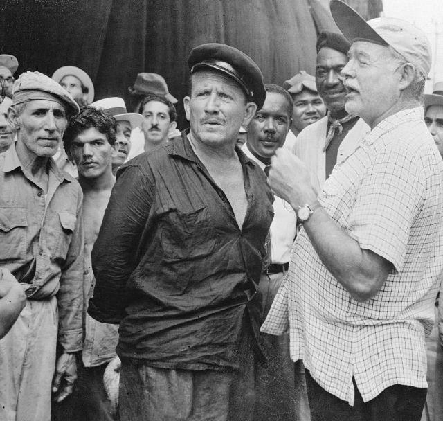 Спенсер Трэйси и Эрнест Хемингуэй обсуждают съемки фильма «Старик и море», Касабланка, Куба, 1956 год.