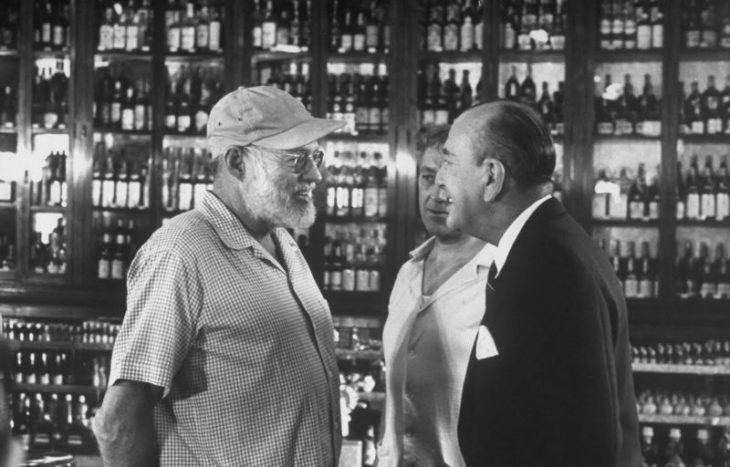 Ноэл Кауард беседует с Эрнестом Хемингуэем и Алеком Гиннессом во время перерыва на съемочной площадке бара Sloppy Joe's, фильм «Наш человек в Гаване», 1959 год.