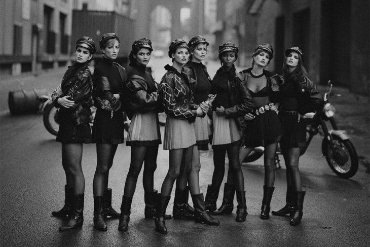 Синди Кроуфорд, Татьяна Патитц, Хелена Кристенсен, Линда Евангелиста, Клаудия Шиффер, Наоми Кэмпбелл, Карен Мюлдер и Стефани Сеймур (слева направо). Фотография Питера Линдберга, Нью-Йорк, 1991 год.