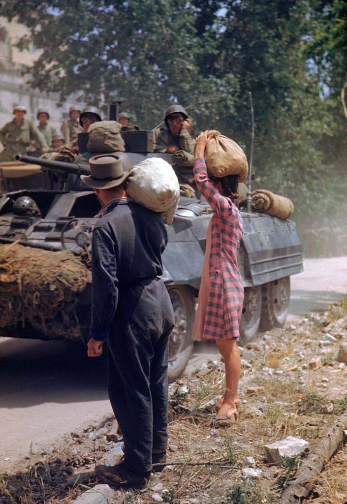 Итальянцы наблюдают за прохождением колонны американской бронетехники, Итальянская кампания, Вторая мировая война 1944 год.