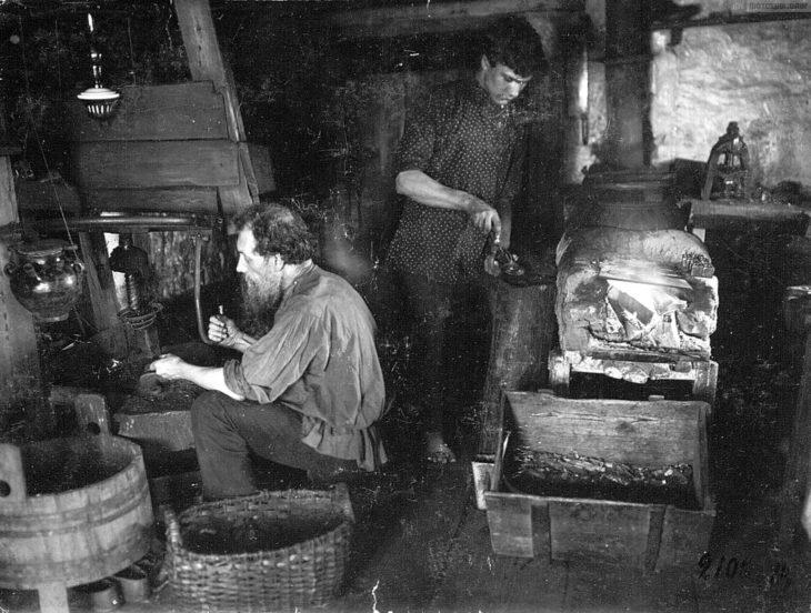 Производство пуговиц, начало XX века.
